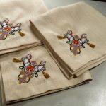 Вышивка на бежевых салфетках