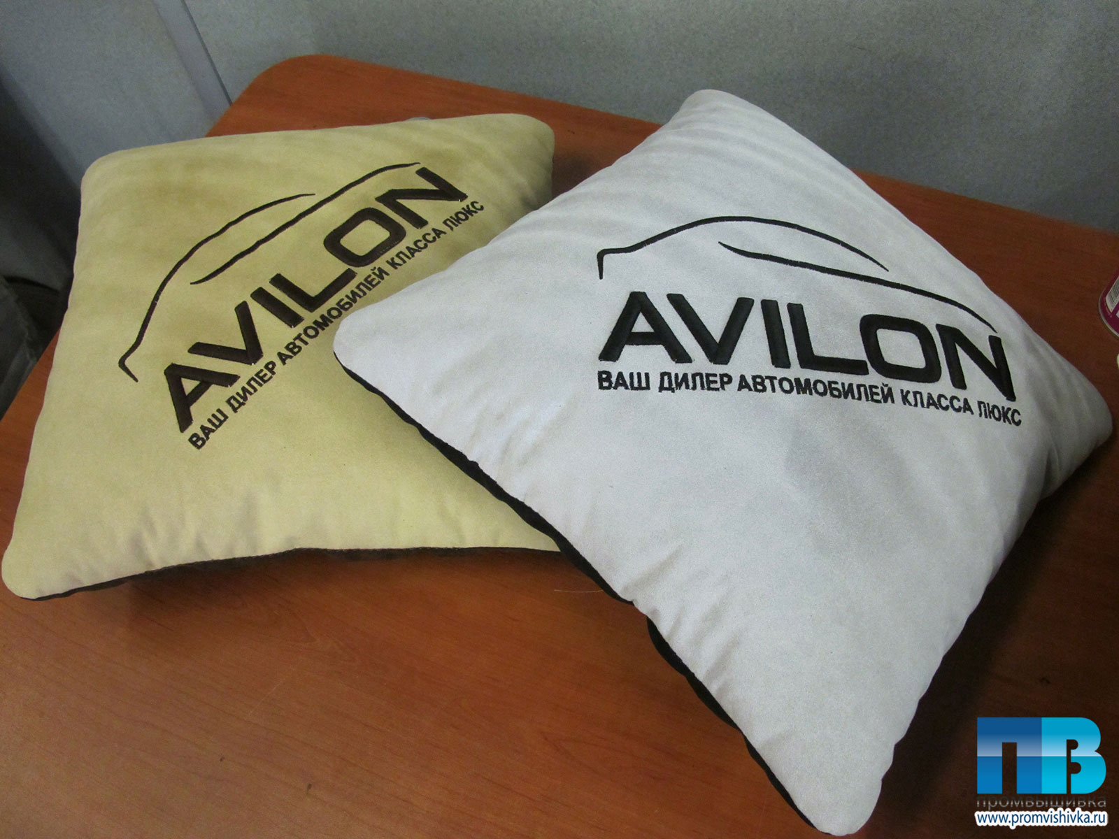 Вышивка логотипов на подушках