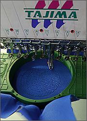 Изготовление магнитов на холодильник: нанесение вышивки