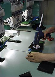 Производство магнитов: обработка вышивки